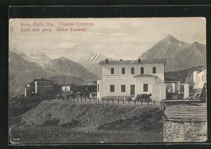 AK Station Goudaour, Strassenpartie mit Gebäuden und Blick auf das Gebirge