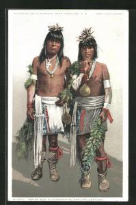 AK Thornton, NM, Pueblo of Santo Domingo, zwei junger Männer in traditioneller Kleidung, First Nation