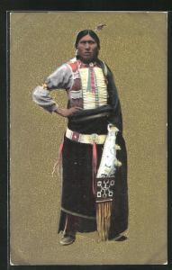 Präge-AK Angehöriger der Urbevölkerung Nordamerikas in traditioneller Kleidung vor güldenem Grund