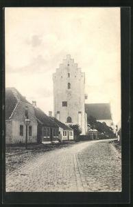 AK Saeby, Kirke, Häuserzeile an Strasse mit Kopfsteinpflaster