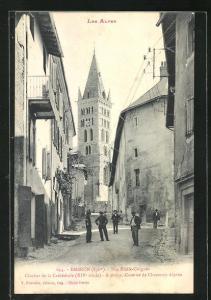 AK Embrun, Rue Emile-Guigues, Clocher de la Cathedrale XIVe siecle, A droite, Caserne de Chasseurs Alpins