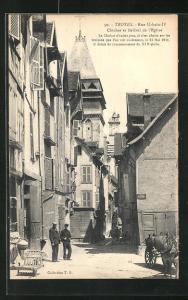 AK Troyes, Rue Urbain IV, Clocher et Beffroi de l`Eglise