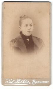 Fotografie Jul. Billeter, Maennedorf, Portrait junge Dame mit zurückgebundenem Haar in hübscher Kleidung