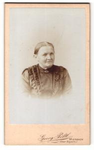 Fotografie Georg Pöltl, Miesbach, Portrait ältere Dame im hübschen Kleid mit Kragenbrosche