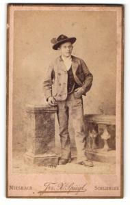 Fotografie Frz. X. Spiegl, Miesbach & Schliersee, Portrait junger Mann in zeitgenössischer Kleidung mit Hut