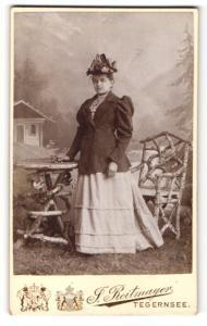 Fotografie J. Reitmayer, Tegernsee, Portrait bürgerliche Dame in zeitgenössischer Kleidung mit Hut