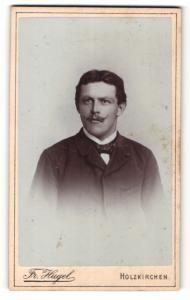 Fotografie Fr. Hugel, Holzkirchen, Portrait bürgerlicher Herr mit Zwirbelbart u. Fliege im Anzug