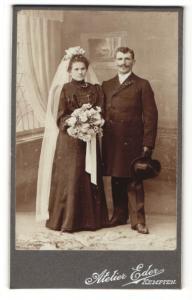 Fotografie Atelier Eder, Kempten, Portrait bürgerliches Paar in hübscher Hochzeitskleidung mit Schleier u. Blumenstrauss