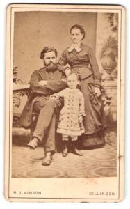 Fotografie M. J. Simson, Dillingen, Portrait bürgerliche Familie in hübscher Kleidung mit kleinem Mädchen