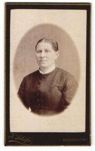 Fotografie K. Schäfer, Ravensburg, Portrait bürgerliche Dame mit zurückgebundenem Haar in schlichter Kleidung