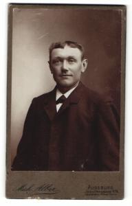 Fotografie Mich. Alber, Augsburg, Portrait bürgerlicher Herr mit Fliege im Anzug