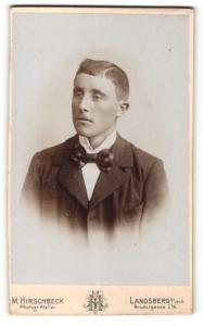 Fotografie M. Hirschbeck, Landsberg a / Lech, Portrait junger Herr mit Fliege im Anzug