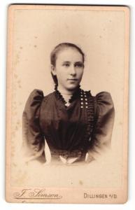 Fotografie J. Simson, Dillingen a / D., Portrait junge Dame im eleganten Kleid mit Halskette