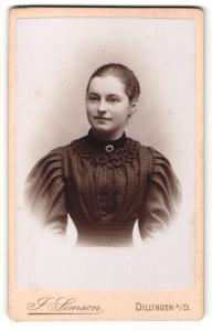 Fotografie J. Simson, Dillingen a / D., Portrait junge Dame mit zurückgebundenem Haar im eleganten Kleid