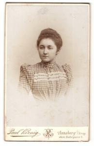 Fotografie Paul Körnig, Annaberg i. S., junge Frau in kariertem Kleid mit Puffärmeln