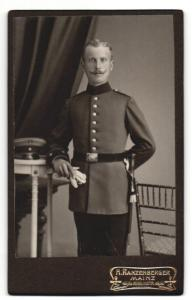 Fotografie H. Ranzenberger, Mainz, Portrait Soldat in Uniform
