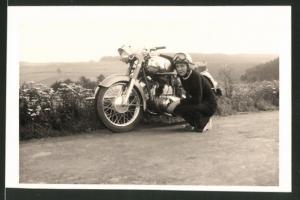 Fotografie Motorrad Horex, Mädchen nebst Krad mit Seitenwagen