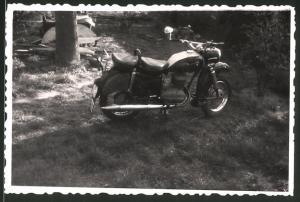 Fotografie Motorrad MZ-ES, Krad steht im Garten