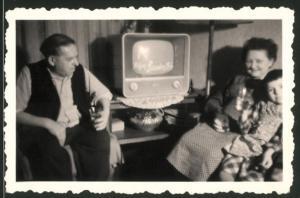 Fotografie Familie nebst TV-Apparat Fernseher