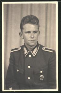 Fotografie Portrait Soldat der NVA in Uniform mit Abzeichen