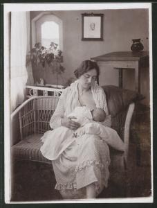 Fotografie Mutter stillt ihr Baby