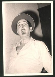 Fotografie Schock, Mann erschrickt im dunkeln