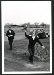 Fotografie Ferngesteuertes Flugzeug-Modell, Mann wirft Flugzeug-Modell beim Start