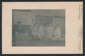 Fotografie Richard Letzner, Kötzschenbroda, Chemie-Studenten & Professor mit Laborgeräten bei der Arbeit