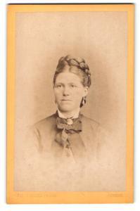 Fotografie Jean Baptiste Feilner, Bremen, Portrait Dame mit Flechtfrisur und Kragenbrosche