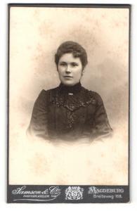 Fotografie Samson & Co, Magdeburg, Portrait hübsche Dame im eleganten Kleid mit Kragenbrosche