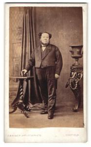 Fotografie F. Barber, Sheffield, dicker Mann mit Backenbart in Anzug mit Weste