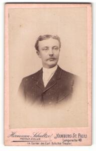 Fotografie Hermann Schultze, Hamburg, Mann im Jacket mit Mittelscheitel und Schnauzer