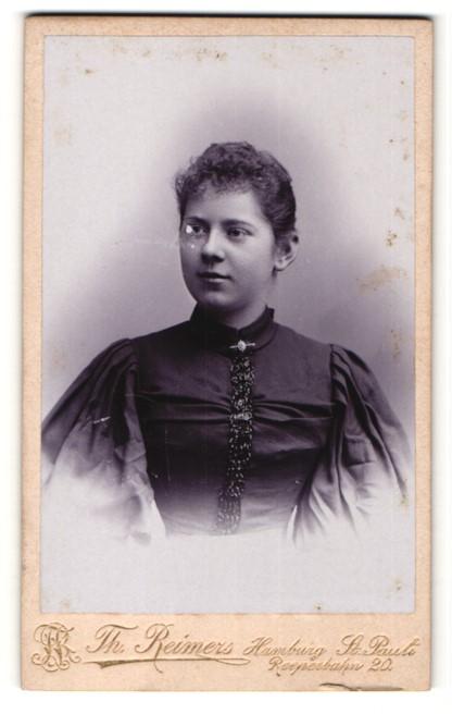 Fotografie Th. Reimers, Hamburg, Frau im Kleid mit Puffärmeln 0