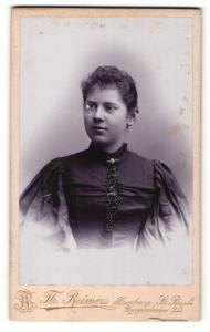 Fotografie Th. Reimers, Hamburg, Frau im Kleid mit Puffärmeln
