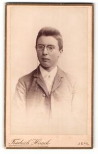 Fotografie Friedrich Haack, Jena, junger Mann im Anzug mit Brille ohne Bügel mit Kordel
