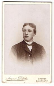 Fotografie August Döpke, Bremen, Mann mit dünner Fliege und Mittelscheitel