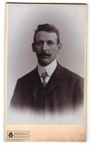 Fotografie Atelier Wertheim, Berlin, Mann im Anzug mit breitem Schnurrbart und gestreiftem Binder