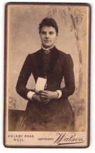 Fotografie Watson, Hull, Frau im Kleid mit Zettel in der Hand