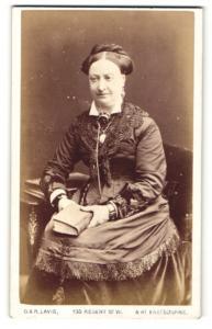 Fotografie G. R. Lavis, Eastbourne, Frau mit Buch in den Händen nachdenklich sitzend