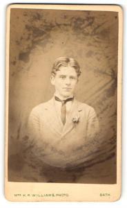 Fotografie H. R. Williams, Bath, junger Mann im Anzug mit dünnen dunklen Binder und starkem Mittelscheitel
