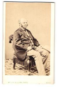 Fotografie H. R. Williams, Bath, Mann mit dicken Kotletten im Stuhl sitzend