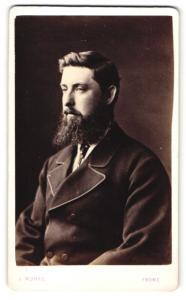 Fotografie J. Munro, Frome, Mann im Anzug mit Vollbart sitzend