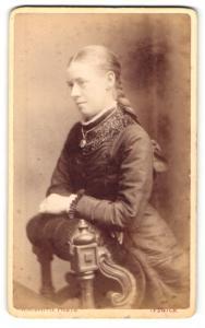 Fotografie Walter A. Smith, Ipswich, Frau mit geflochtenem Haar auf Ban kniend