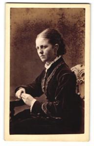 Fotografie Brewer, Norwich, Frau im Kleid mit beiden Händen auf Tisch gestützt