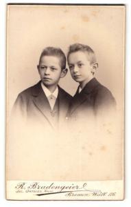 Fotografie R. Bradengeier, Bremen, zwei Jungen in Anzügen mit grossen Ohren