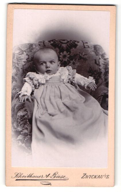 Fotografie Scheithauer & Giese, Zwickau, Baby im Kleidchen auf Sessel liegend 0