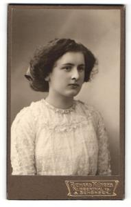 Fotografie Richard Klinger, Klingenthal i / S., Portrait junge Dame in hübscher Kleidung