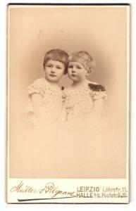 Fotografie Müller & Pilgram, Leipzig & Halle a / S., Portrait zwei kleine Mädchen in hübschen Kleidern