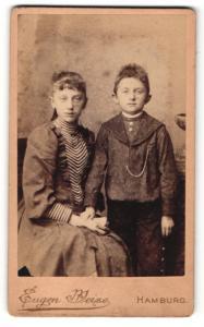 Fotografie Eugen Weise, Hamburg, Portrait Mädchen in modischer Kleidung mit kleinem Jungen an der Hand