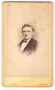 Fotografie L. R. Werner, Amsterdam, Portrait bürgerlicher Herr mit Fliege im Anzug